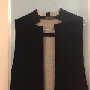Long sleeveless vest/cape